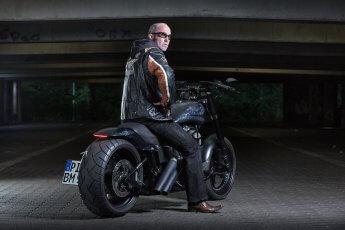 Harley-Davidson mit Biker beim Shooting in einer Tiefgarage