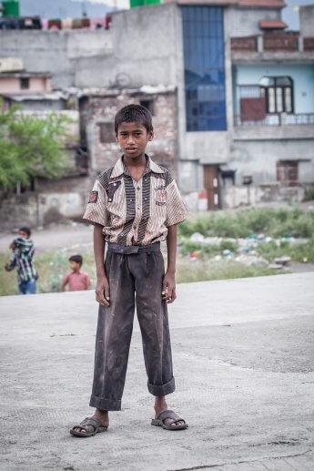 Nordindischer Junge aus sehr armen Verhältnissen während einer Pressereise fotografiert