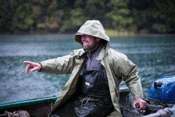 Thüringischer Fischer bei Regen in seinem Boot fotografiert