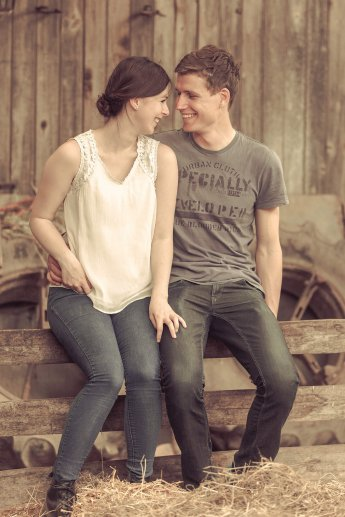 Engagement-Shooting: Junges Paar in einer Scheune
