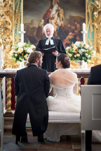 Das Hochzeitspaar vor dem Altar im Eutiner Schloss