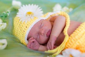 Baby in Frühlingsfarben