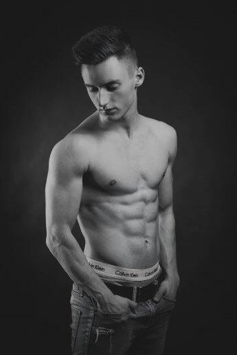 Studiofoto eines jungen Sportlers in Schwarzweiss