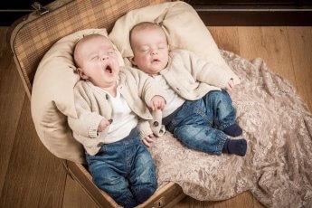 Schlafende Baby-Zwillinge beim Fotoshooting