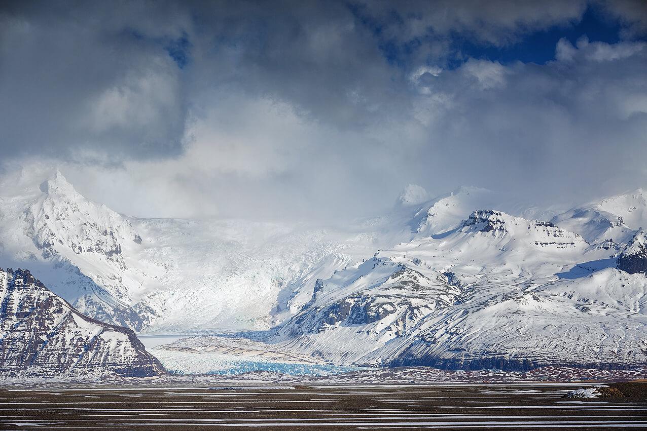 Panorama eines Gletscherausläufers auf dem winterlichen Island