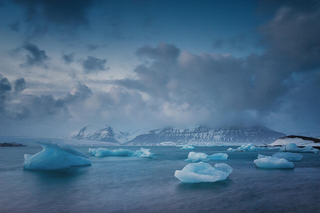 Treibende Eisberge auf der Gletscherlagune Jokulsarlon