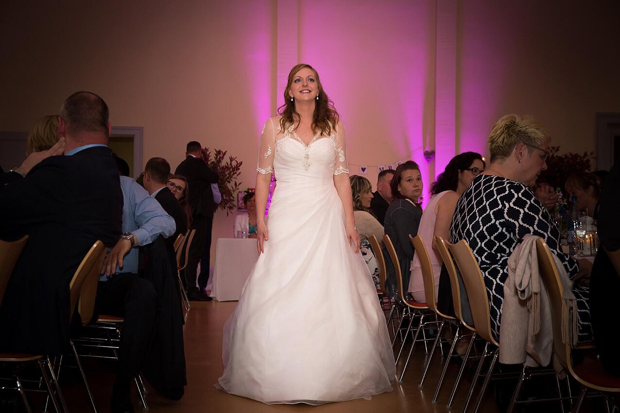 Die Braut wird nach vorne gebeten