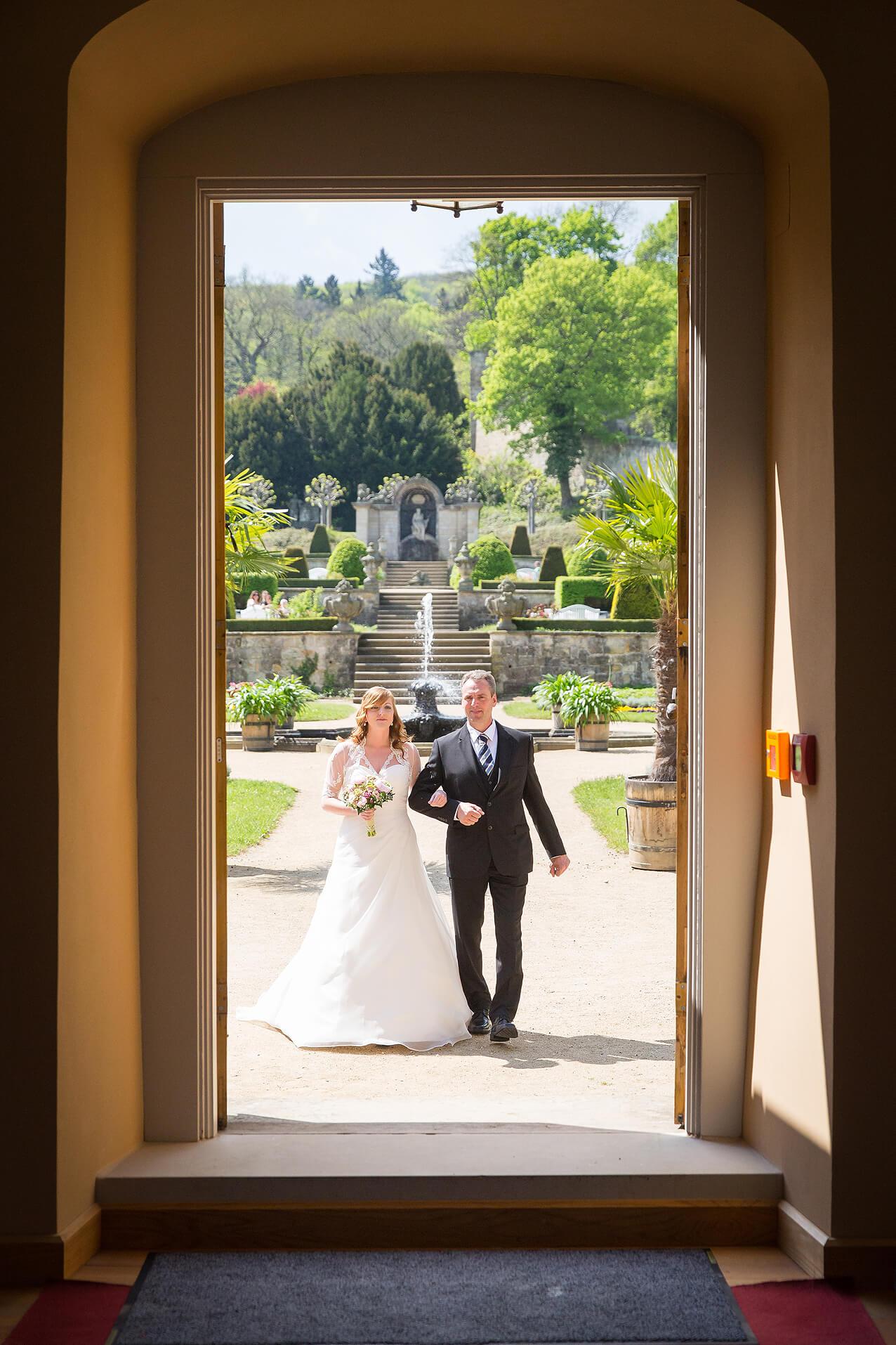 Der Brautvater begleitet seine Tochter zur Trauung im Schlosspark Blankenburg