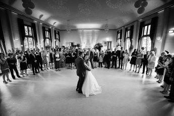 Eröffnungstanz vor den Hochzeitsgästen