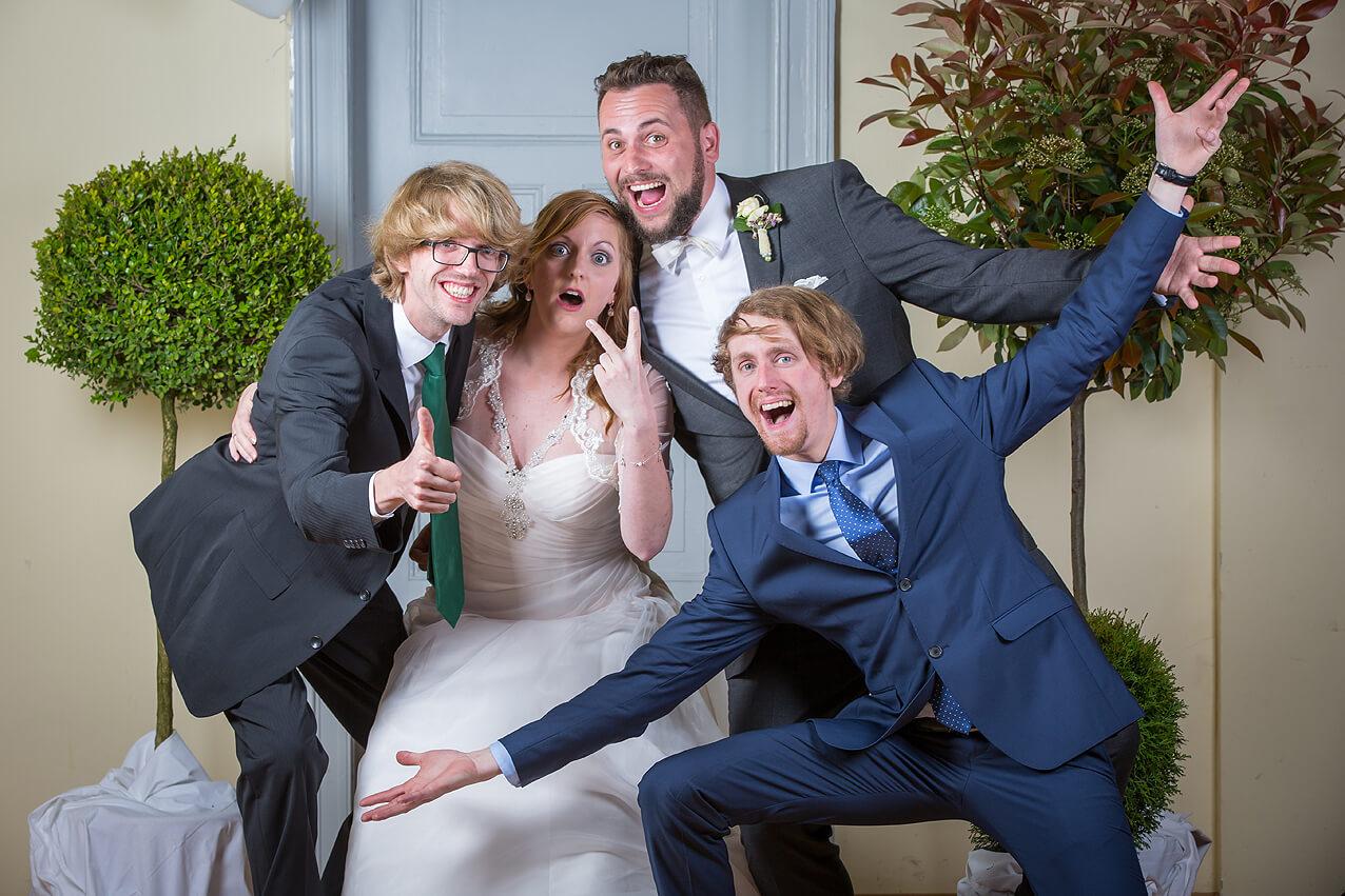 Alle Gäste wurden unter Studiobedingungen mit dem Brautpaar fotografiert