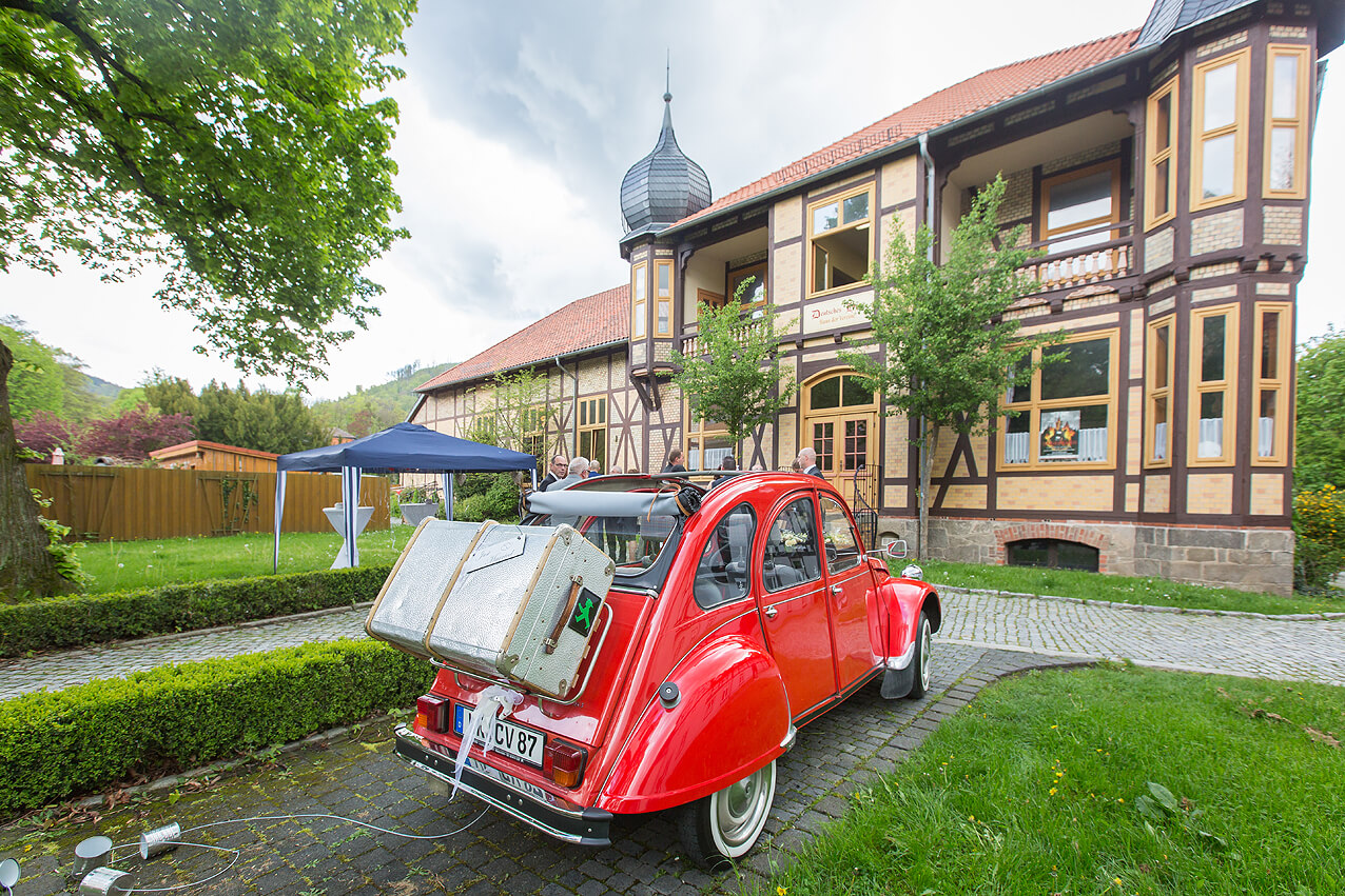Die Feier-Location mit dem Hochzeitsauto