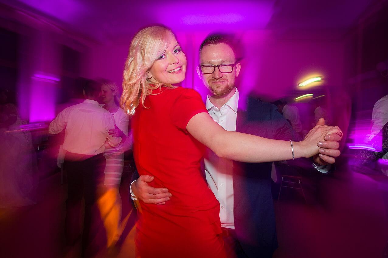 Die Hochzeitsfeier am Abend – tanzende Gäste