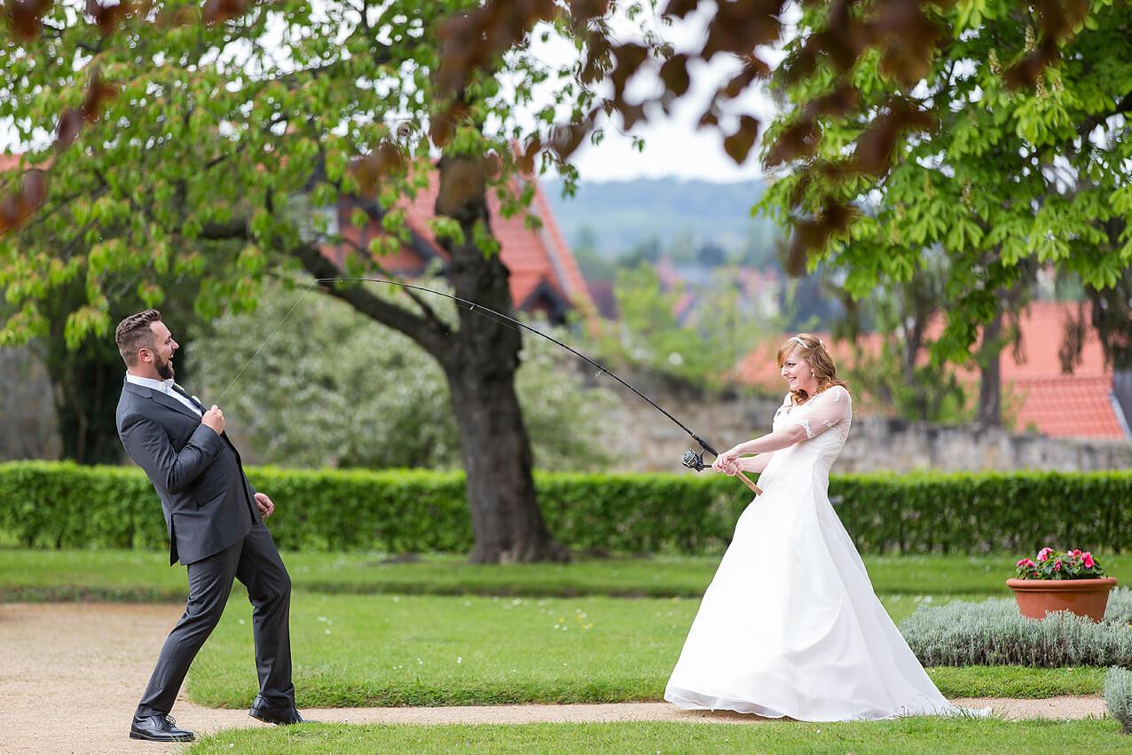 Hochzeitsfoto: Die Braut hat ihren Mann an der Angel