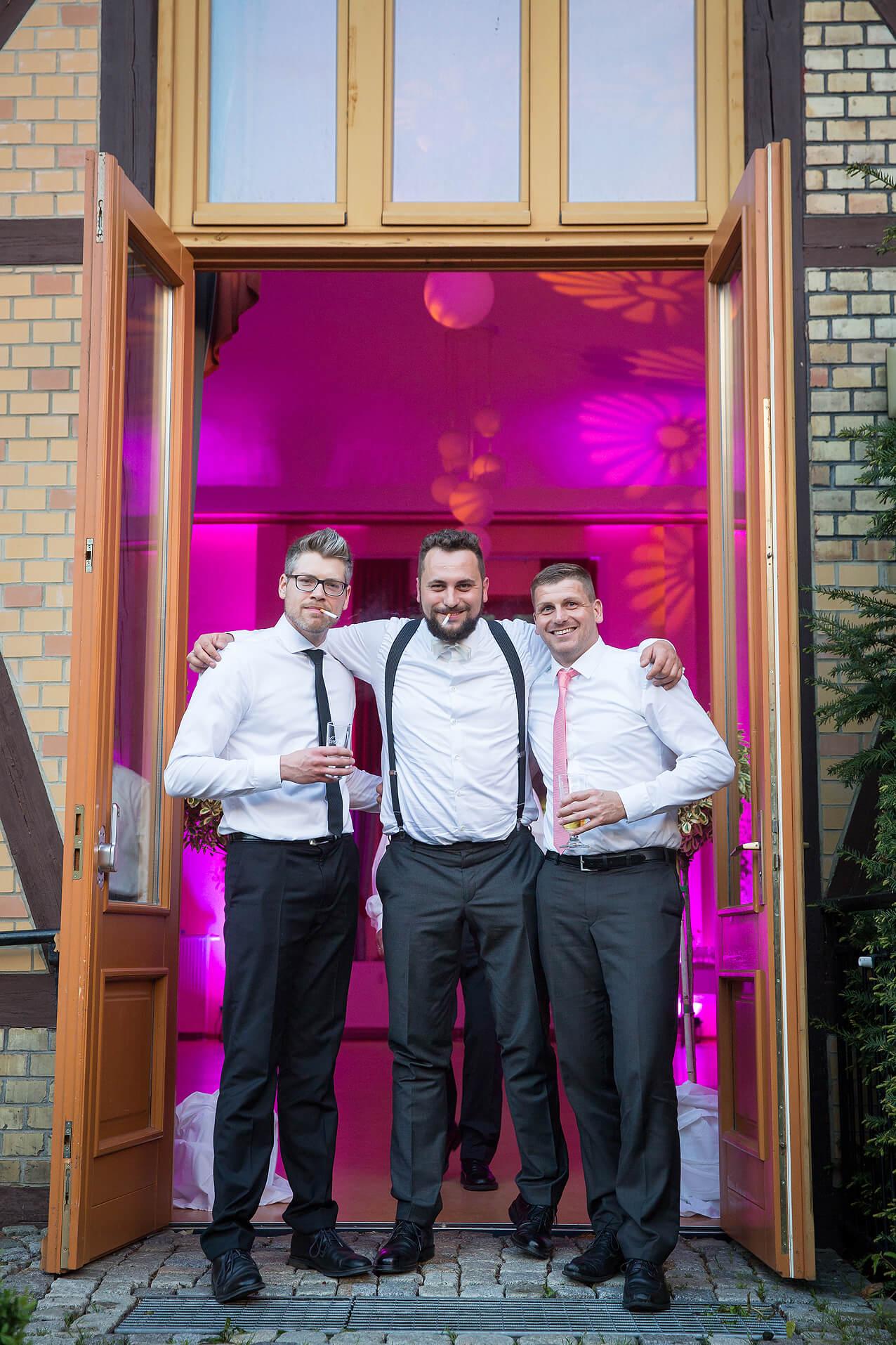 Männer unter sich bei der Hochzeitsfeier