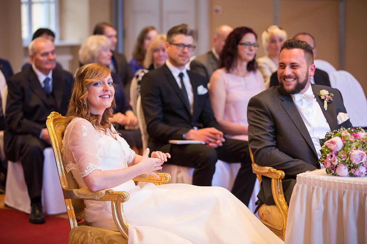 Braut und Bräutigam im Standesamt