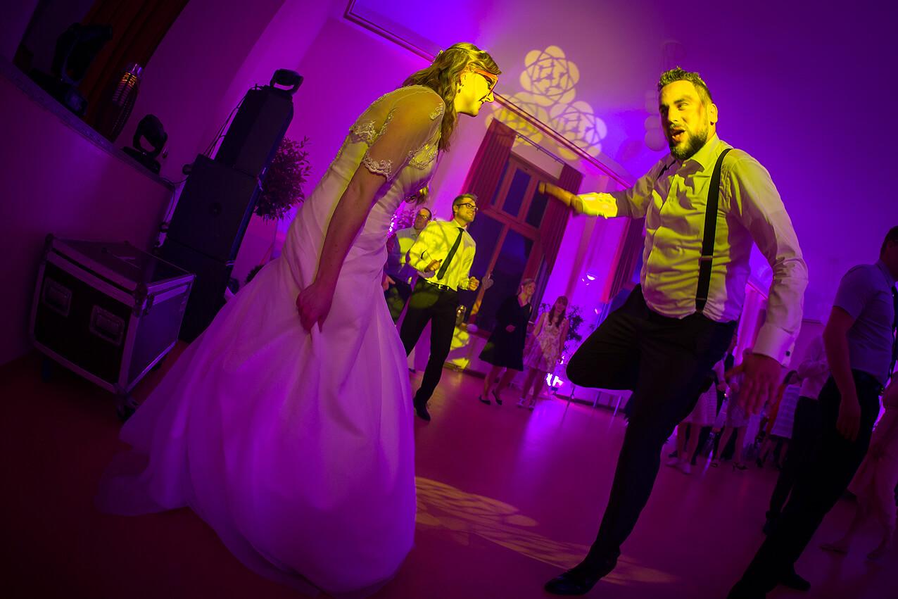 Ausgelassenes Tanzen des Brautpaares