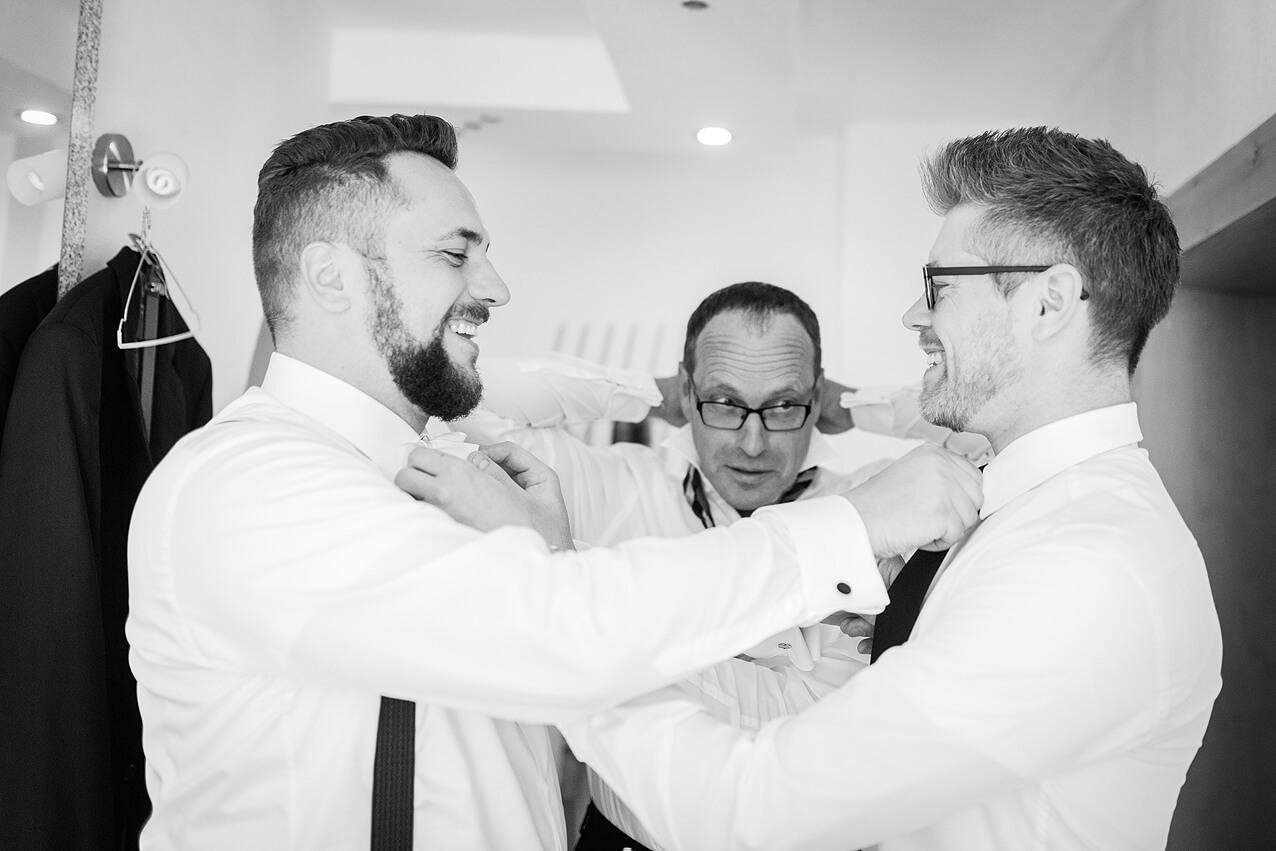 Bräutigam und Trauzeuge binden sich gegenseitig die Krawatte