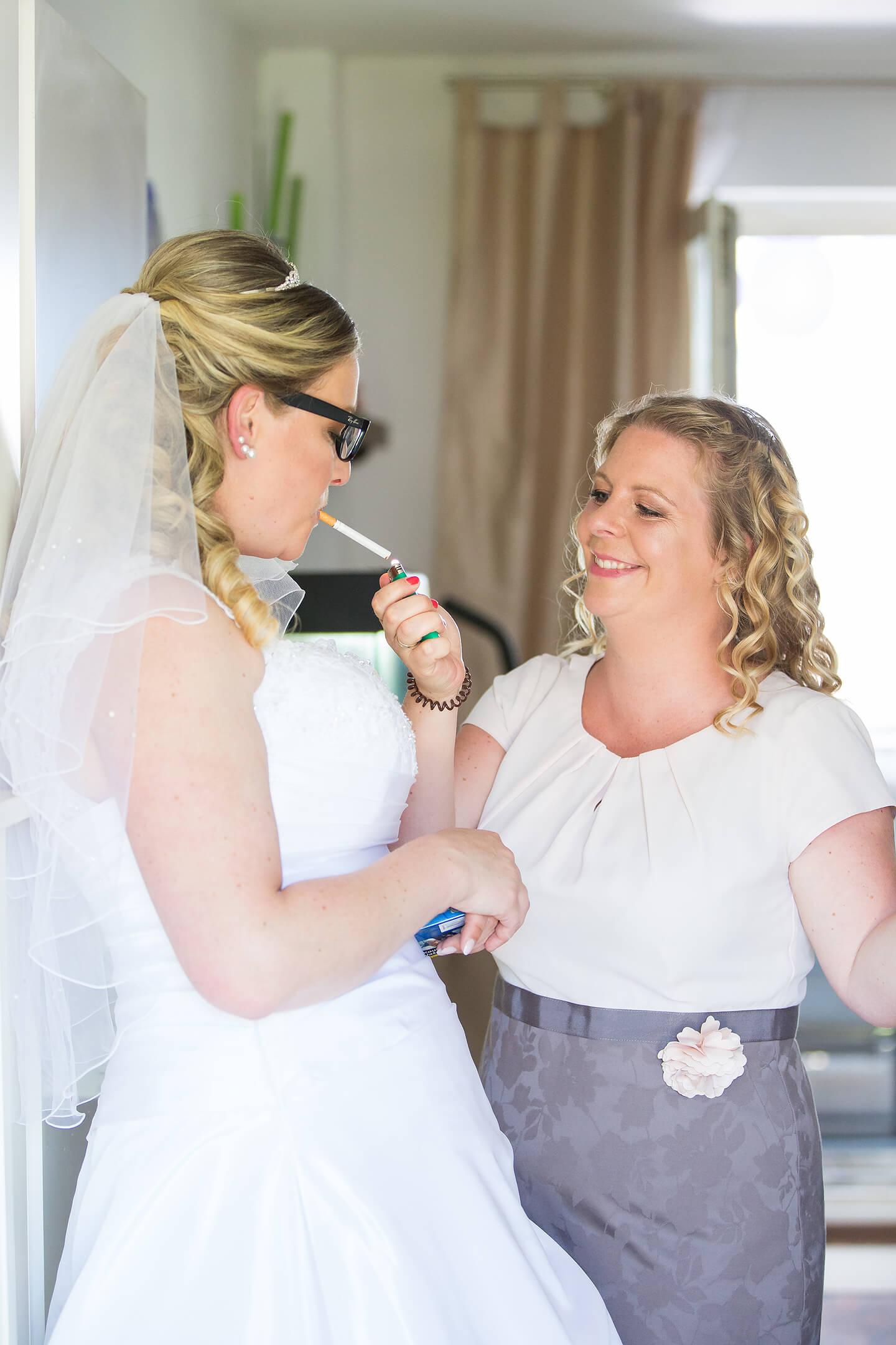 Braut und Trauuzeugin während der Vorbereitungen