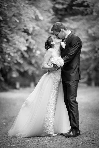 Küssendes Hochzeitspaar nach der standesamtlichen Hochzeit im Wellingsbüttler Torhaus