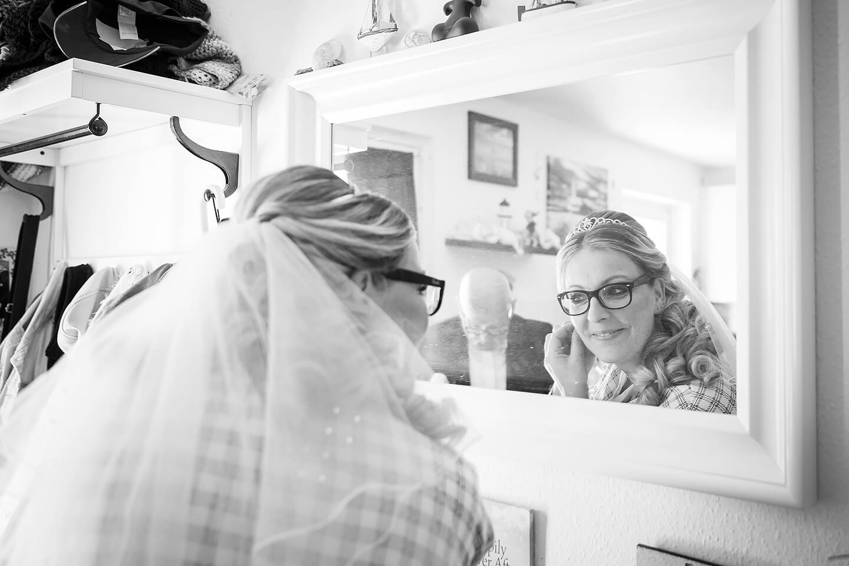 Braut im Spiegel bei der Hochzeitsreportage