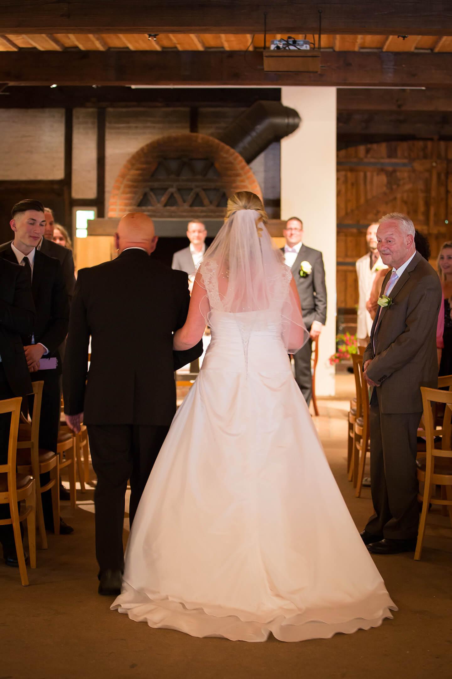 Brautvater begleitet die Braut zur standesamtlichen Hochzeit im Wagnerhof