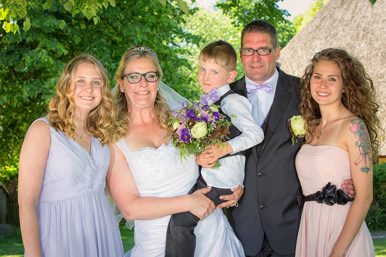 Brautpaar mit Kindern im Museumsdorf Volksdorf