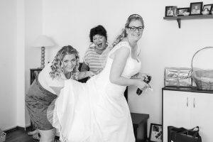 Letzte Vorbereitungen der Braut mit ihrem Brautkleid