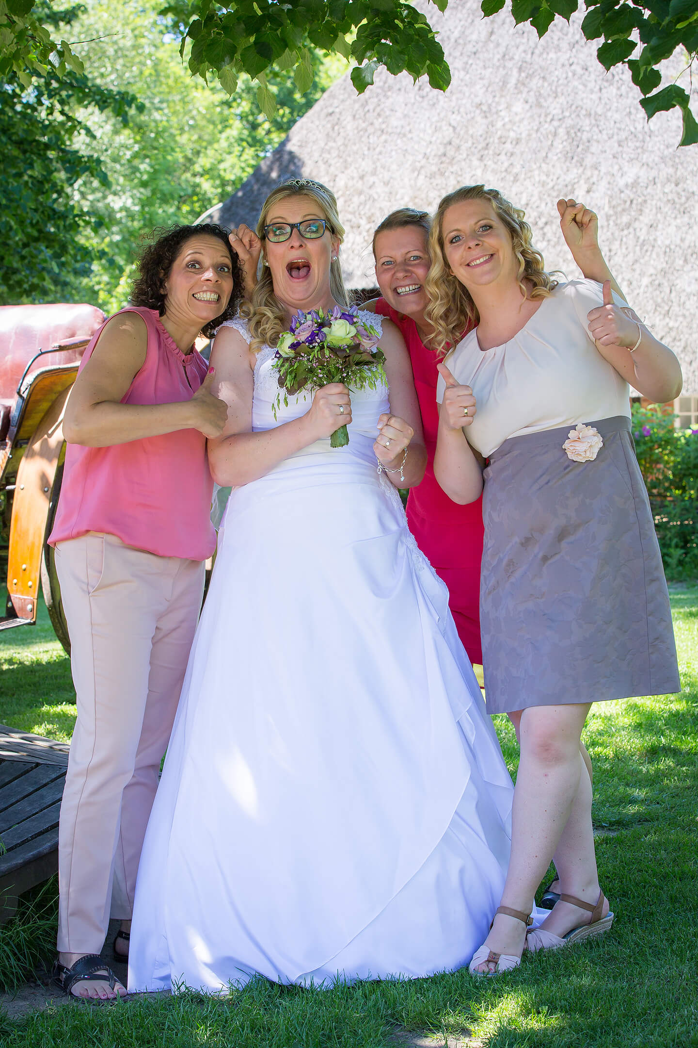 Braut und ihre Mädels nach der Hochzeit im Wagnerhof
