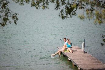 Während eines Business-Shootings entstanden: Junges Paar sitzt auf Badesteg