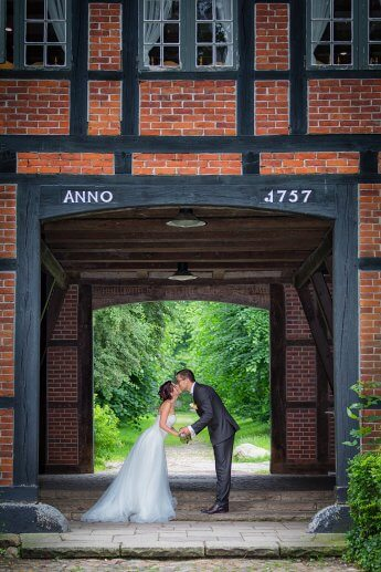 Brautpaar nach der standesamtlichen Trauung im Torhaus Wellingsbüttel