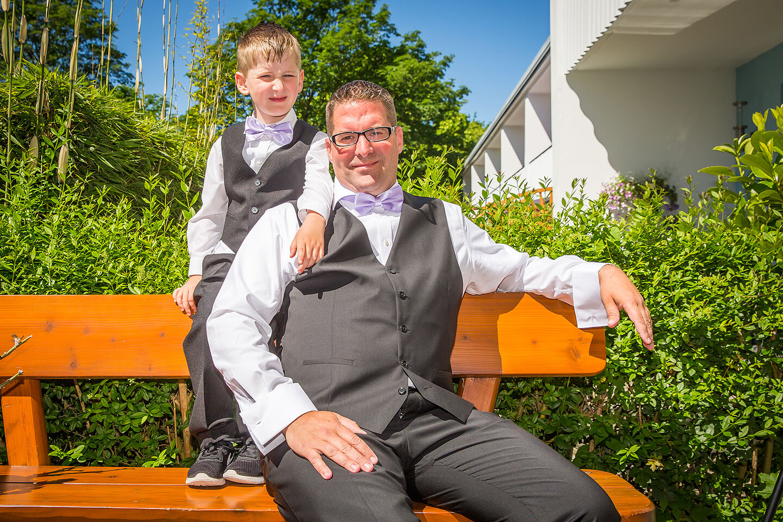 In Schale geschmissen: Der Bräutigam mit seinem Sohn