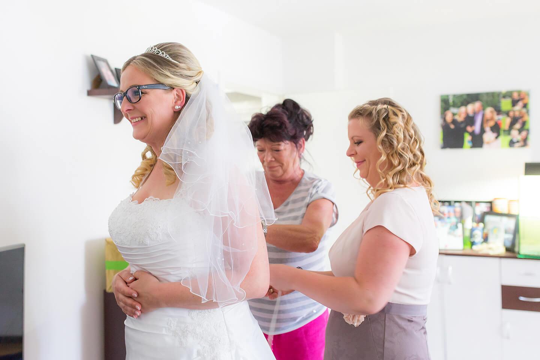 Brautvorbereitungen mit Trauzeugin und Mama
