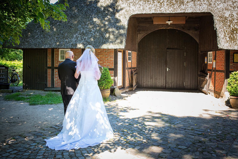 Braut und Brautvater vor dem Wagnerhof im Museumsdorf Volksdorf