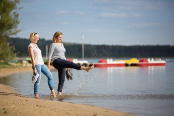 Zwei junge Frauen barfuss am Helenesee