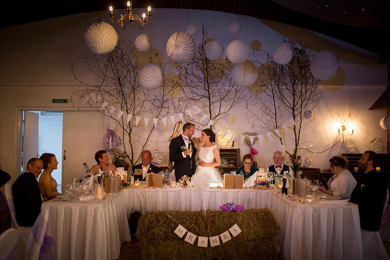 Brautpaar bei der Ansprache zur Hochzeitsfeier im Westerhof