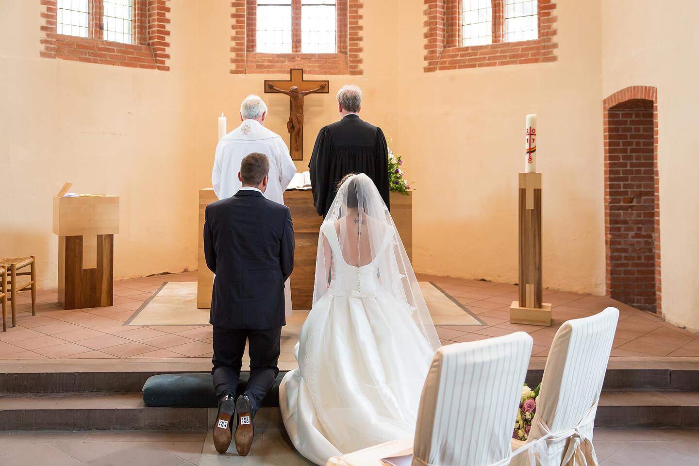 Brautpaar vor dem Altar der St Paulus Kirche in Buchholz