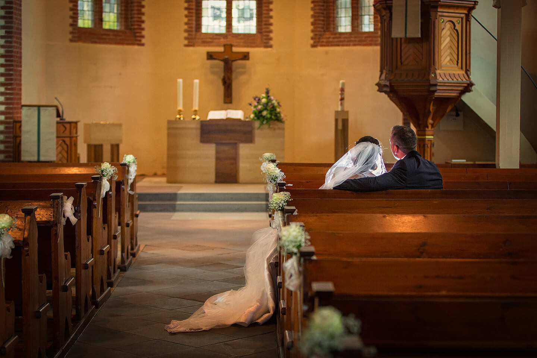 Hochzeitsreportage: Brautpaar in der St Paulus Kirche