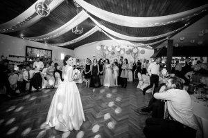Bei einer Hochzeitsreportage entstanden: Brautstrauss werfen