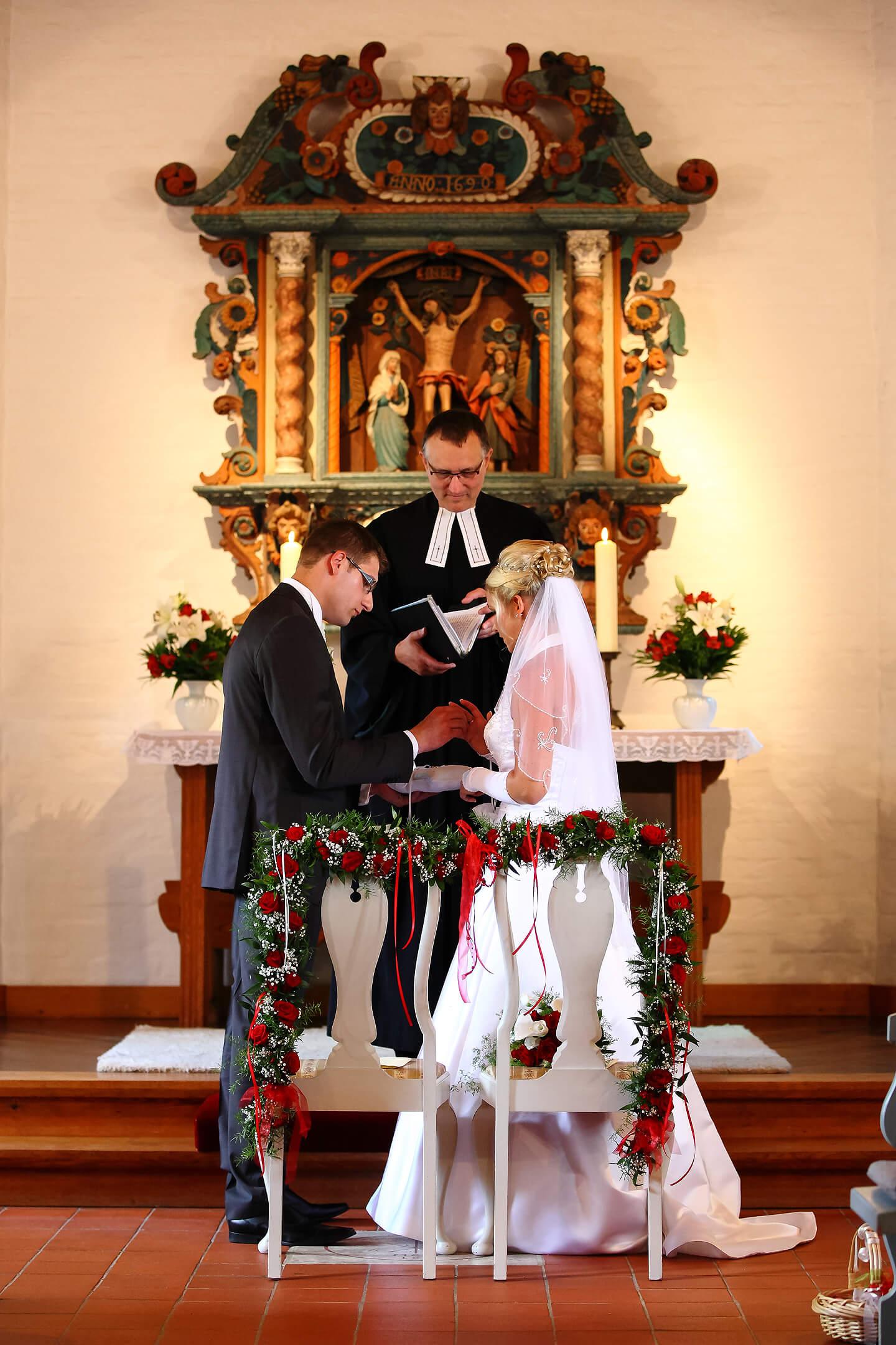 Vom Hochzeitsfotograf eingefangen: das Aufstecken des Eherings