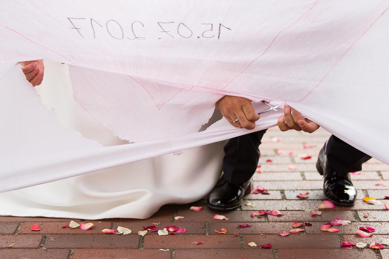 Vor der St Paulus Kirche: Brautpaar schneidet Herz aus
