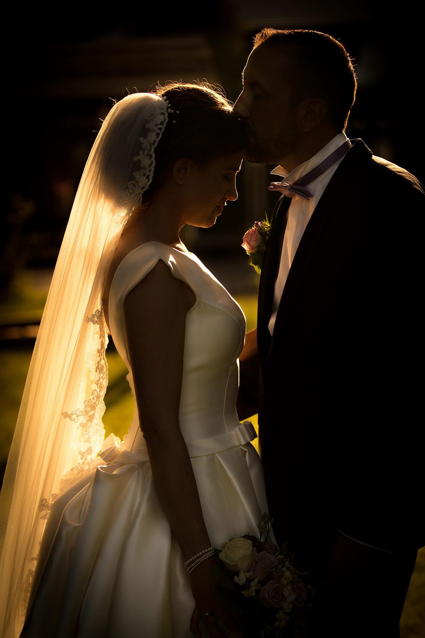 Hochzeitspaar im Gegenlicht der Abendsonne
