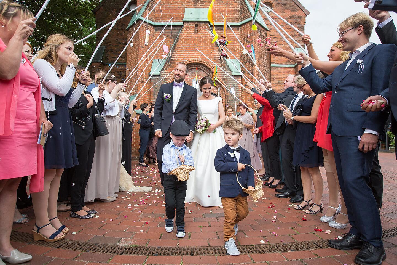 Hochzeitspaar nach der Trauung in der St Paulus Kirche in Buchholz