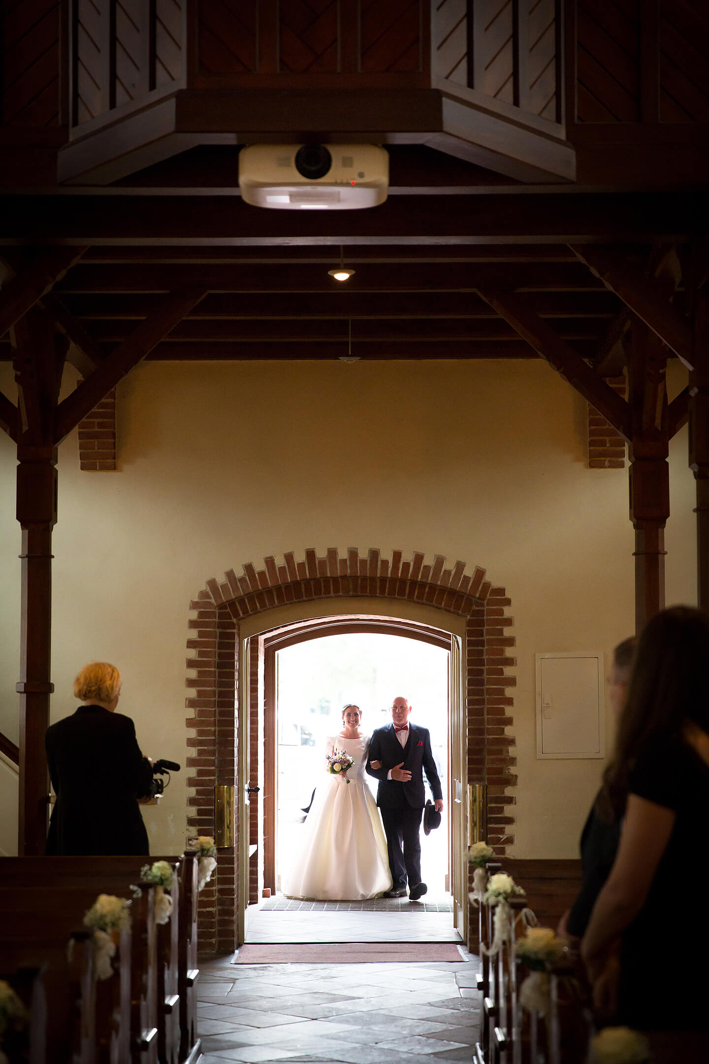 Brautvater führt die Braut zum Altar in der St Paulus Kirche