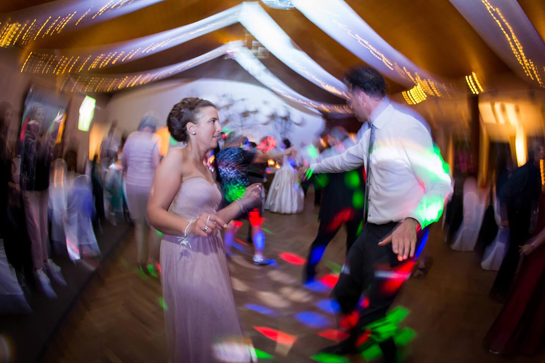 Foto mit bewusster Unschärfe von der Tanzfläche einer Hochzeitsparty