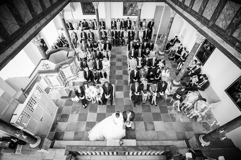 Als Hochzeitsfotograf immer auf Perspektivsuche. Hier der Blick von oben auf die Trauung in der Kirche