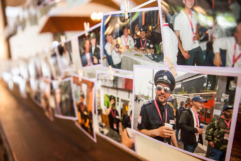 Aufgehängte Fotos vom Junggesellenabschied