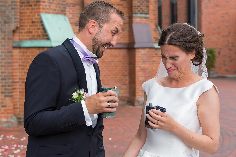 Brautpaar trinkt Schnaps nach der Trauung