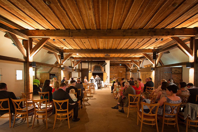 Schlechte Lichtverhältnisse wie hier bei einer standesamtlichen Trauung im Museumsdorf Volksdorf sind für einen Hochzeitsfotograf nicht schwer zu meistern