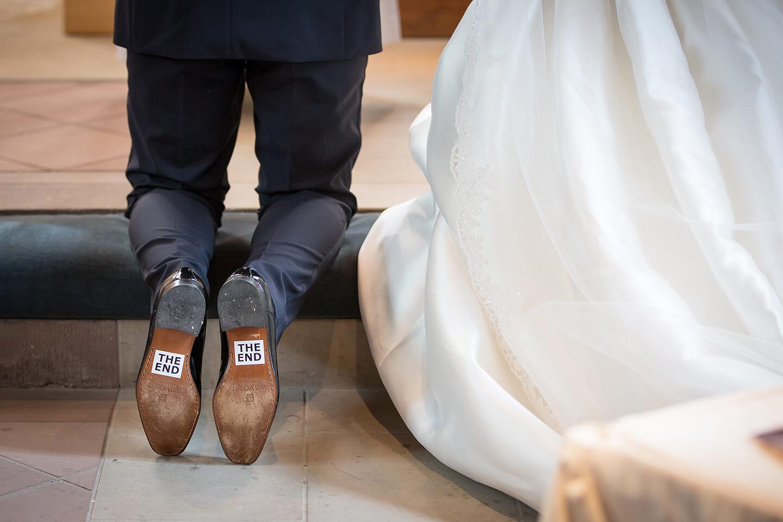 Aufkleber unter den Sohlen des Bräutigams mit der Aufschrift The end