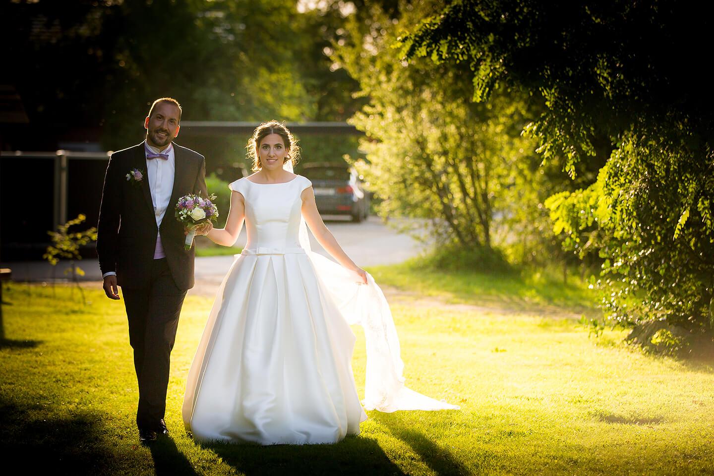 Brautpaar im Gegenlicht auf der Wiese der Hochzeitslocation Westerhof